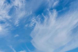 vacker blå himmel med ett tunt lager av vita cirrusmoln foto