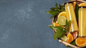 ovanifrån låda med apelsiner och juice med kopia utrymme foto