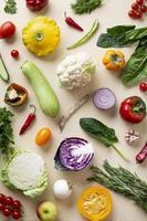 syn på arrangemang av ekologiska grönsaker foto