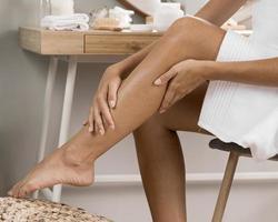 kvinnans ben med grädde foto