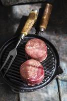 rått kött på grillen foto