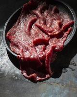 rått kött på tallriken för att göra mat foto