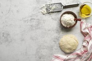 sortiment av pizzaingredienser med kopieringsutrymme foto