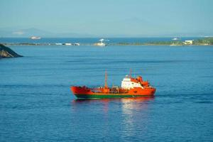 marinmålning med utsikt över stadens kust. foto