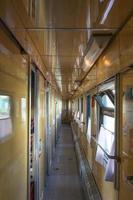bilen i det gamla tåget utan människor. foto