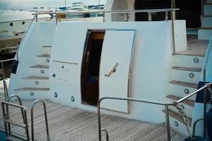 detalj av det inre av en sjöbåt med en dörr och entré. foto