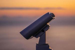 kikare för turister på bakgrunden av solnedgången foto