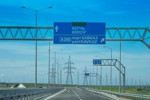 landskap med en väg och skyltar. foto