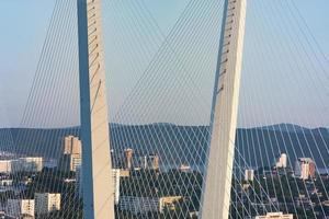gyllene bron är ett landmärke i staden vid solnedgången. foto
