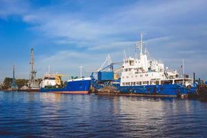 hamn i en stor rysk stad med fartyg foto