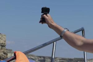 landskap med manlig handvy med actionkamera. foto