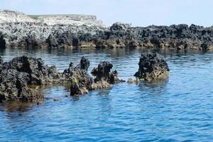 marint landskap med utsikt över den steniga stranden. foto