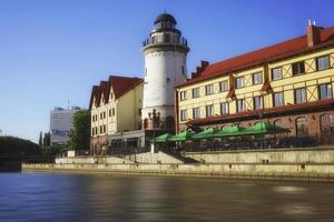 stadsbild med vackra byggnader vid floden. foto