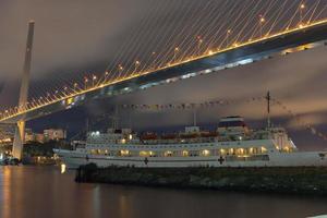 nattlandskap med utsikt över den gyllene hornbukten och skeppet. foto