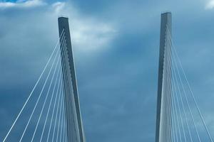 konstruktion av den gyllene bron mot den blå himlen. foto