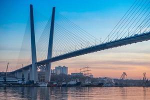 stadens silhuett med utsikt över den gyllene bron och fartygen i viken. foto