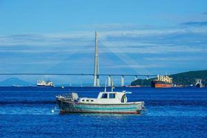 marint landskap med utsikt över ryska fartyg och bron foto