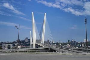 stadsbild med utsikt över den gyllene bron och vägen. foto