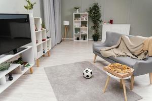 vardagsrum med tv i lägenheten foto