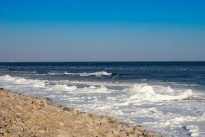 marinmålning med kust i is och snö foto