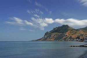 marinmålning med utsikt över bergen. koktebel, krim foto