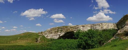 bergslandskap med utsikt över ak-kaya-berget på Krim. foto