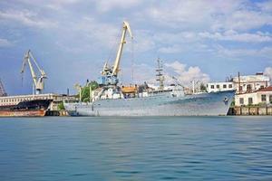 marinmålning med ett skepp i sevastopolbukten mot den blå himlen. foto