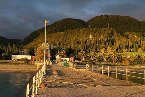 stadslandskap av nya athos i abchazien vid solnedgången foto