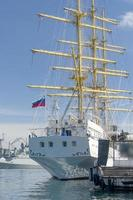 segelbåt på bakgrunden av havet och det urbana landskapet foto