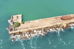 Flygfoto över havslandskapet med utsikt över fyren. foto