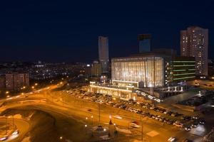 Flygfoto över nattlandskapet med utsikt över staden. foto