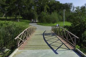 elegant träbro på en offentlig park bakgrund på en solig dag foto