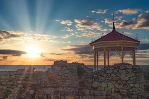 vackert landskap med solnedgång och kungligt lusthus foto