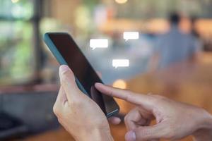kvinna som håller en smartphone för att använda sociala medier med kommunikationsikoner. teknik koncept. foto