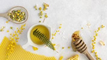 honung med blommor och örter foto