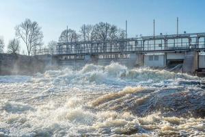 öppen grind till ett vattenkraftverk foto