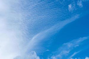slöja av cirrusmoln på en blå himmel foto