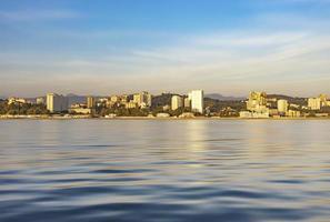 stadslandskap med utsikt över staden från havet. foto