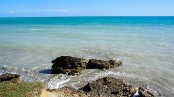 marinmålning med stenar nära kusten. abkhasien foto