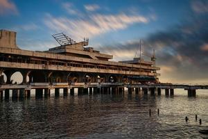 stadens attraktion är den marina stationen efter den sovjetiska eran. foto