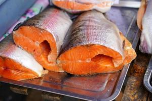 rå röd fisk på en metallbricka. foto