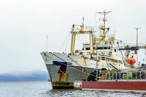 marinmålning med fartyg vid piren i Sineglazka-bukten. foto