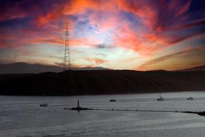 marinmålning med utsikt över Vladivostok-bukten vid solnedgången. foto