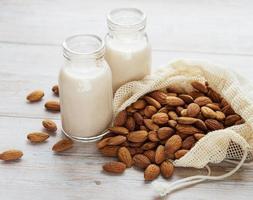 mandelmjölk och mandel foto
