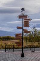 en stolpe med riktningsindikator på bakgrunden av vulkaner i kamchatka. foto