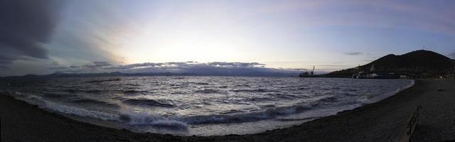 panorama över havslandskapet på kvällen vid stadens strand foto