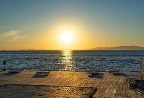 marinmålning med utsikt över stranden. foto
