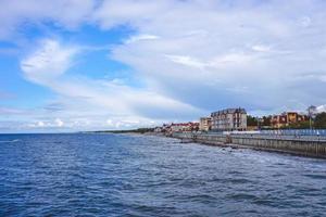 havet med sin långa strandpromenad och den historiska semesterorten Cranz. foto