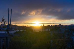 stadens silhuett i solnedgången ljus. foto