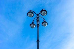 vacker gatlykta på blå himmelbakgrund. foto